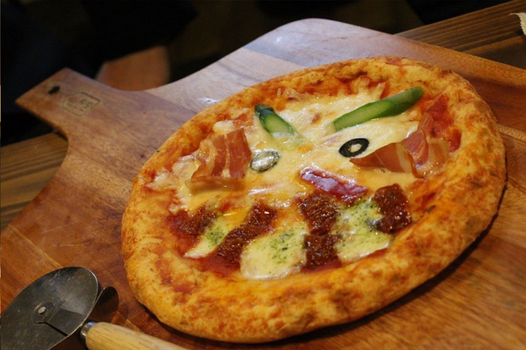 かわいいだるまの顔をしたピザ